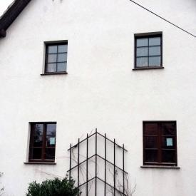 Renovierung mit Pax Retro Fenstern. Im EG die neuen Fenster im OG der Bestand. Pax Retro Fenster optisch passend zu Bestand auch für Denkmalschutz geeignet. Projekt: 2015/2016