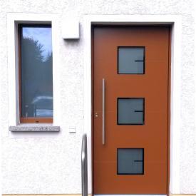 Inotherm Aluminiumhaustüre AGE 1238 mit Kunststofffenster Salamander mit Aluminiumschale außen.