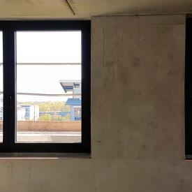 Aluprof Aluminiumfenster einmal ohne und einmal mit Sonnenschutzglas.