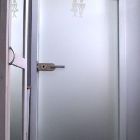 Huga Glastüre mit Sonder-Sandstrahlung als Badtüre.