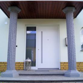Inothermhaustüre mit eingelassenen Griff in Farbe der Säulen.