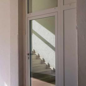 Eingangstüre in Aluminium im Mehrfamilienhaus