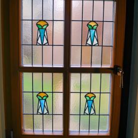 Bestandsfenster ersetzt mit PaX Classic Fenster aus Eukalyptus Holz. Das Fenster wurde so konstruiert das die Bleiverglasung aus den alten Fenster in den neuen Fenstern verglast werden konnte.