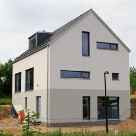 Haus mit Weru Fenstern und Inotherm Haustüre Projekt 2016