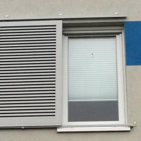 Schiebeladen von Ehret. Am Fenster bedfindet sich ein Insektenschutzrollo von Aluprof.