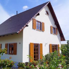 Projekt Sommer 2013. Wetterfront Holzfenster getauscht gegen Kunststofffenster von Schüco mit Holzdekor. Fensterläden von Griesser AST.